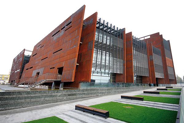 Siedziba Europejskiego Centrum Solidarności znajduje się w Gdańsku, na terenach postoczniowych przy placu Solidarności. Powierzchnia obiektu to 25 349 m2. W budynku zastosowano rozwiązania sanitarne firmy Viega